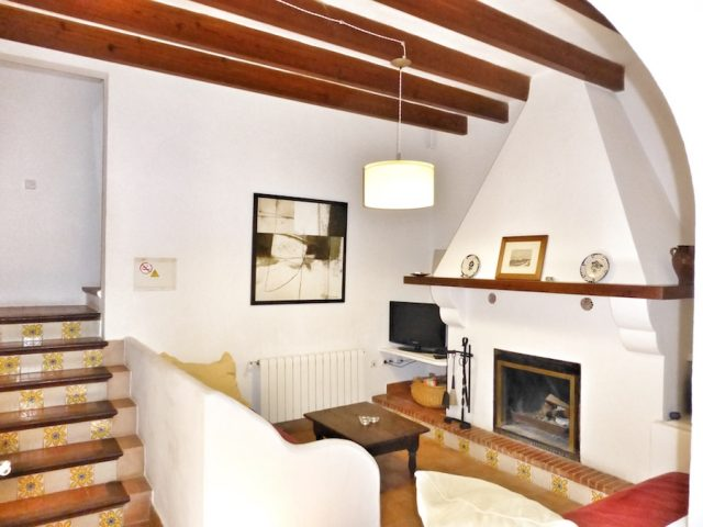 Manto Negro - the living area with fireplace