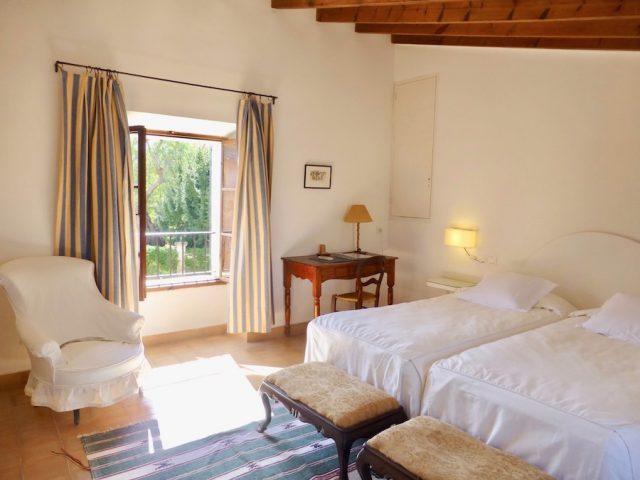 Manto Negro - Schlafzimmer mit Blick in den Garten